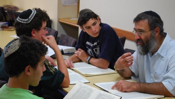 שליח ותלמידים בשיעור גמרא. למצולמים אין קשר לכתבה