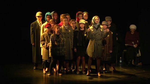 """ההצגה המשותפת לתלמידות החמ""""ד ולניצולות השואה"""