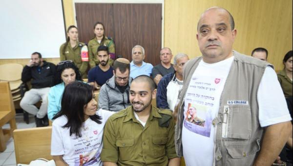 אלאור אזריה עם הוריו בבית הדין הצבאי