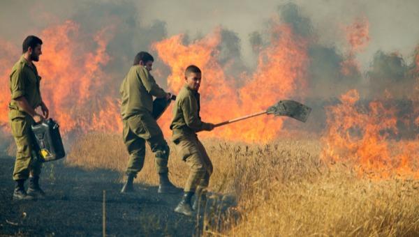 חיילים מכבים שריפה שנגרמה בעקבות עפיפון תבערה