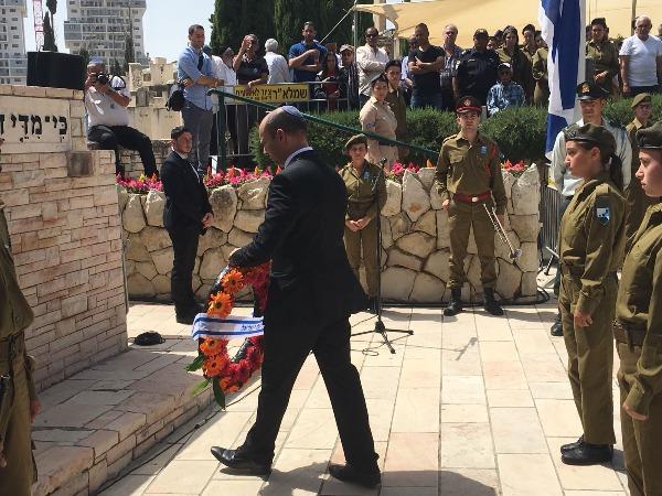 """השר בנט בטקס יום הזיכרון בראשל""""צ"""