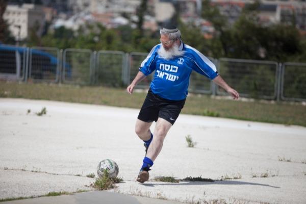 הרב אלי בן דהן מפגין ביצועים בכדורגל