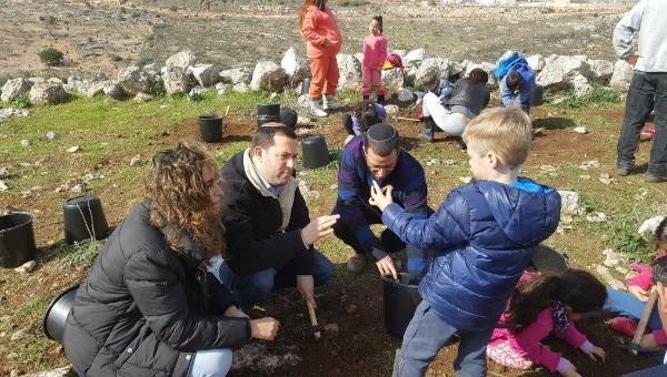 תלמידים בחפירות ארכיאולוגיות ליד ברקן