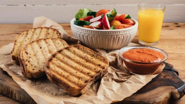 טוסט גבינת עיזים וממרח פלפלים שר -