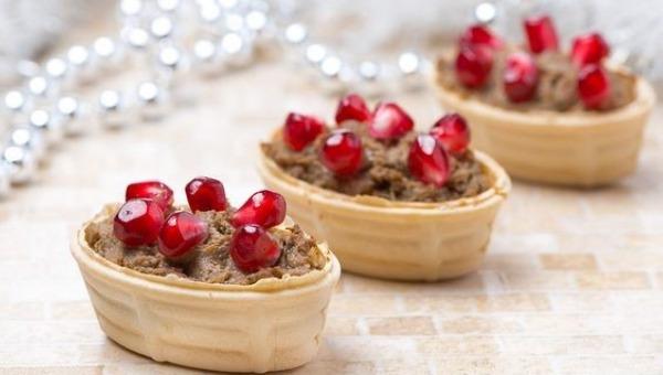 פטה כבד עוף ברוטב רימונים ותפוח בדבש