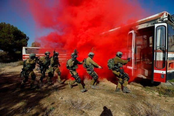 לוחמי יחידת העילית סיירת מטכל במהלך אימון השתלטות על אוטובוס, נובמבר 2017