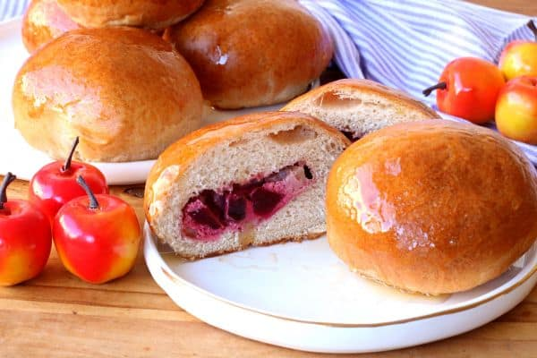 לחמניות דבש מקמח מלא במילוי גבינה תפוחים וסלק