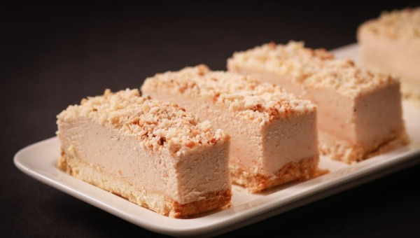עוגת גבינה פירורים עם נוגט שקדים ואגוזים