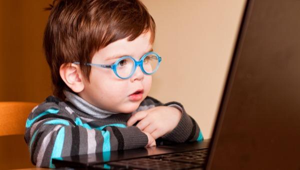ילד צופה במחשב