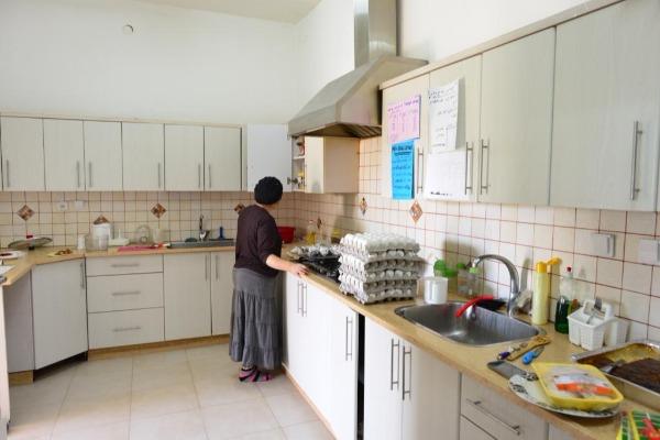 מטבח המקלט - אין מבשלת והנשים מבשלות בו כרצונן