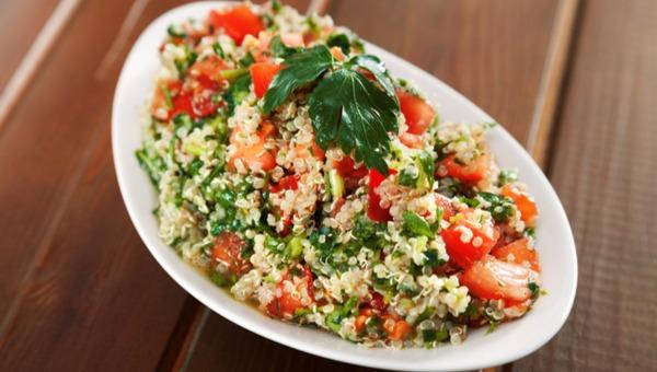 סלט קינואה עגבניות ועשבי תיבול