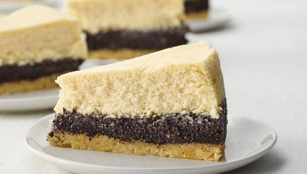 עוגת גבינה עם פרג, חלבה ואגוזי לוז