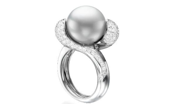 טבעת זהב לבן משובצת יהלומים ובשיבוץ פנינה, 12300 שח