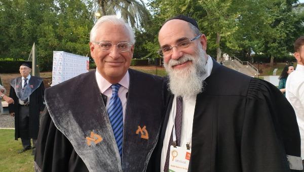 """סמואלס במעמד קבלת תואר ד""""ר לשם כבוד, יחד עם שגריר ארה""""ב בישראל, דוויד פרידמן"""