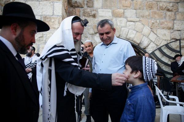 המועמדים לראשות עיריית ירושלים, השר זאב אלקין ויוסי דייטש עם ילדו של אלקין בכותל