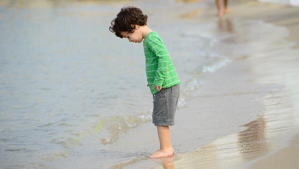ילד על חוף הים בתל אביב