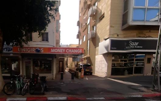 בין חנות היין להחלפת הכספים, בית הכנסת 126