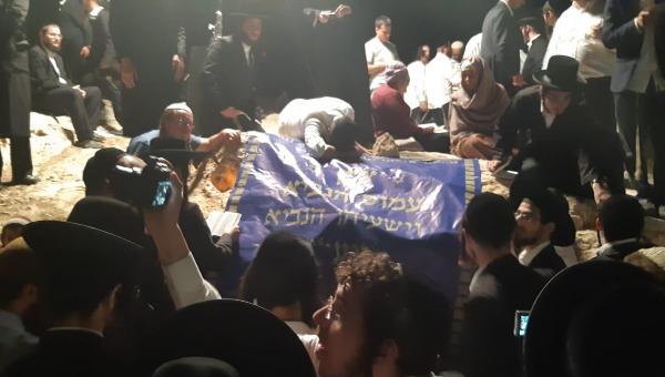 מתפללים בקבר עמוס. ארכיון