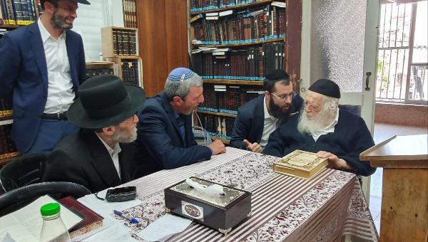 הרב רפי פרץ בפגישה עם הרב קנייבסקי