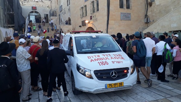 פינוי הפצוע בפיגוע הדקירה בעיר העתיקה