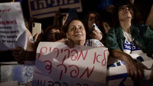 """הפגנה בכיכר גורן נגד היועמ""""ש"""