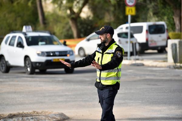 שוטר חוסם תנועה