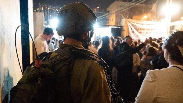 חיילים ומתפללים בקבר יוסף, הלילה