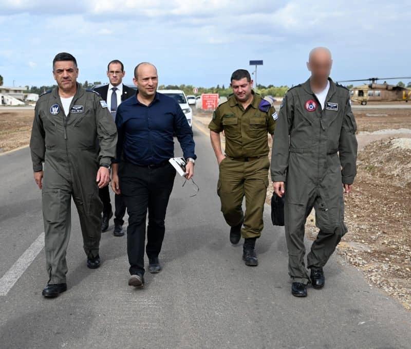 בנט מסייר בבסיס חצור של חיל האוויר
