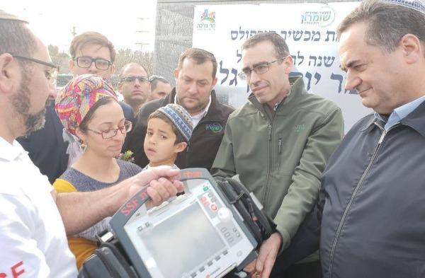 כץ, דגן ומשפחת בן-גל עם המכשיר