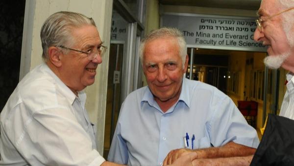 יגאל כהן אורגד (במרכז)