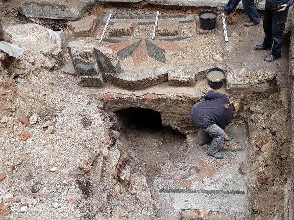 אזור החפירות והעבודות לחשיפת בית הכנסת