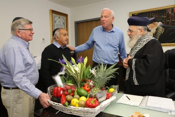 האישים עם הרב הראשי לישראל