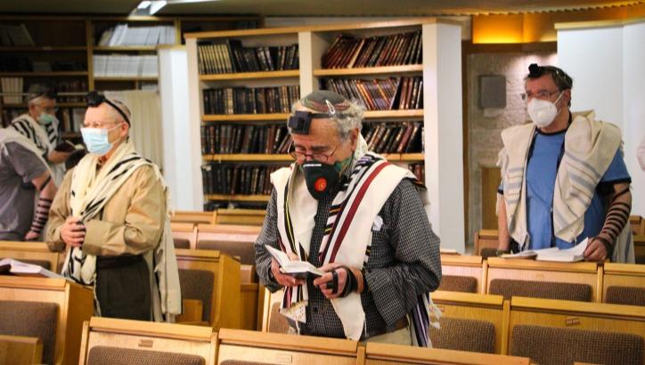 עושים סדר בתפילות החגים בבתי הכנסת. אילוסטרציה