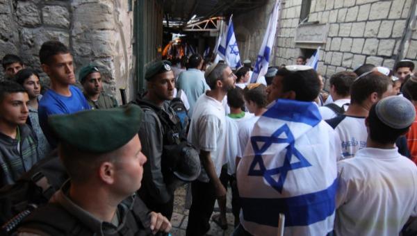 ריקוד הדגלים ברחובות הרובע המוסלמי בירושלים