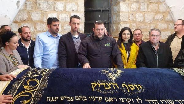 """הח""""כים עם ראש המועצה בקבר יוסף"""