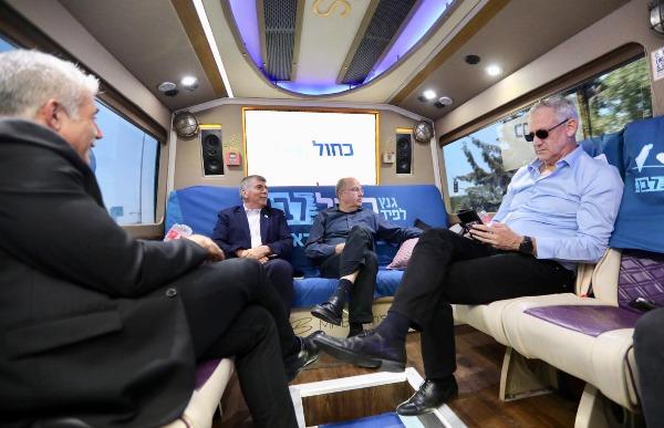 ראשי כחול לבן באוטובוס המפלגה