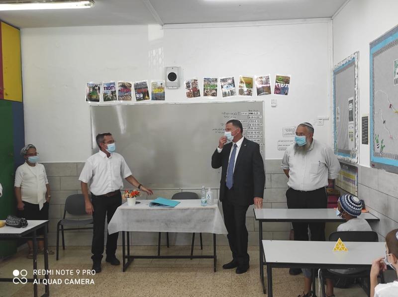 אדלשטיין עם נאמן בבית הספר בגוש עציון