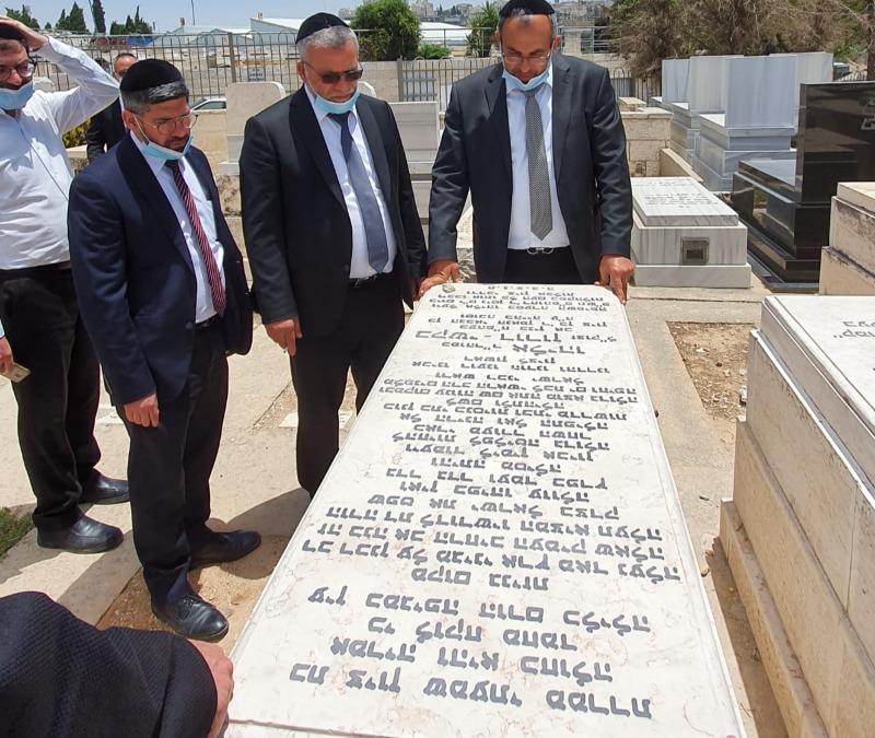 """השר אביטן בקברו של הרב בקשי דורון זצ""""ל"""