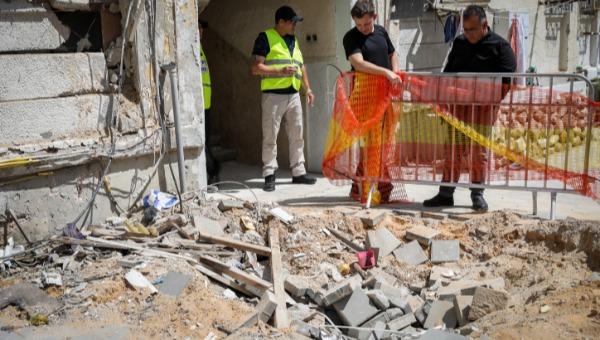 הרס כתוצאה מפגיעת רקטה באשקלון