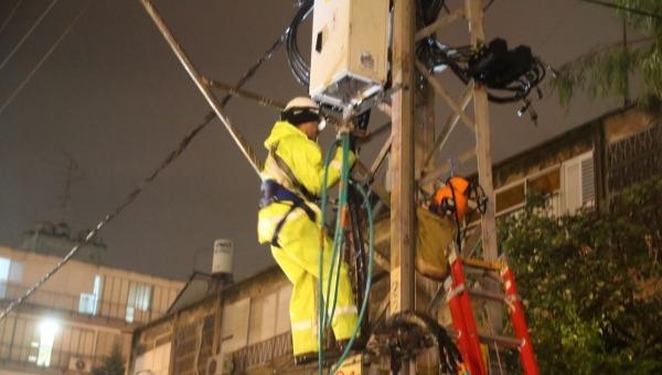 עובדי חברת החשמל במזג אוויר סוער