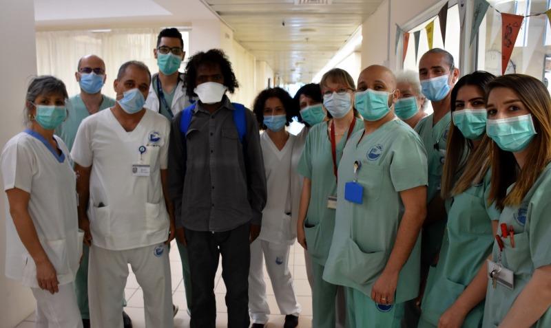 צוות מחלקת הקורונה של פוריה עם החולה האחרון