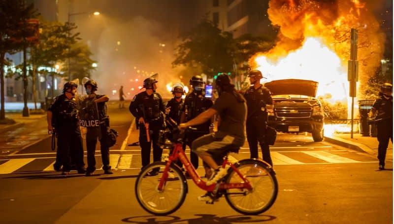 """המחאות האלימות בארה""""ב"""