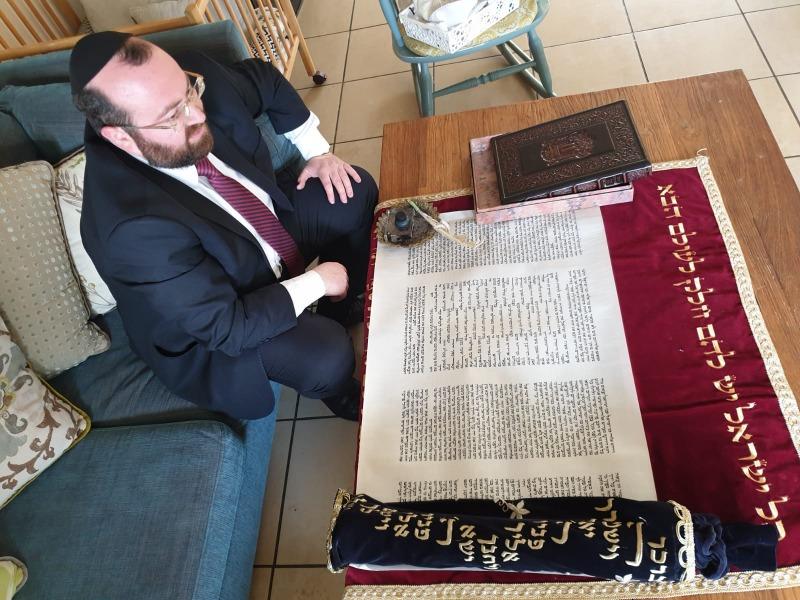 הרב פרסמן עם ספר התורה