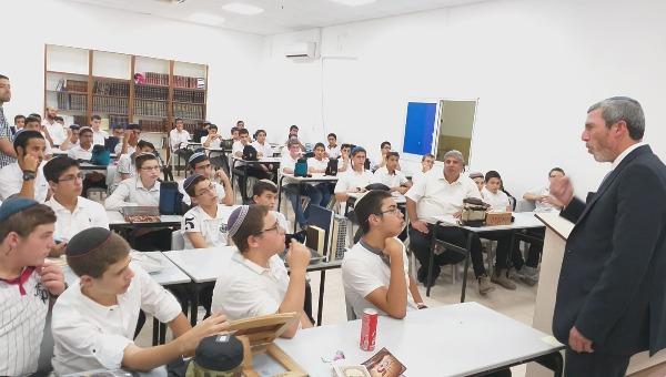 הרב פרץ עם תלמידי הישיבה