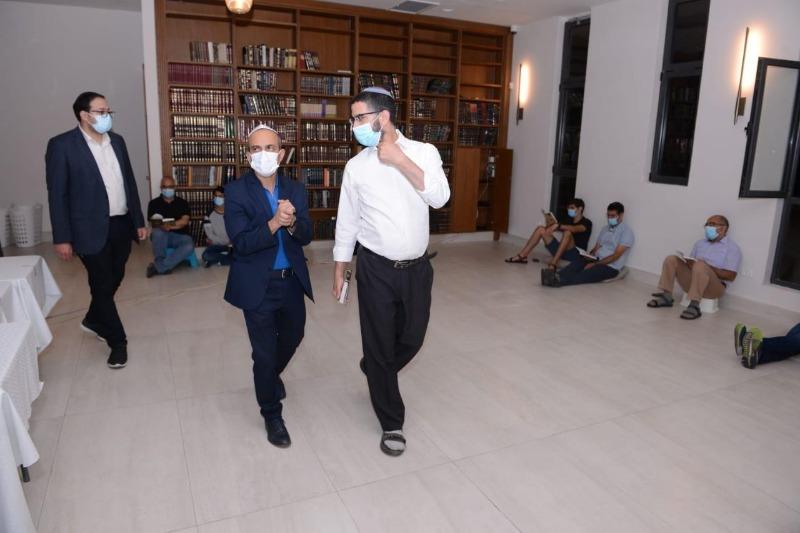 גמזו מסייר בבתי הכנסת