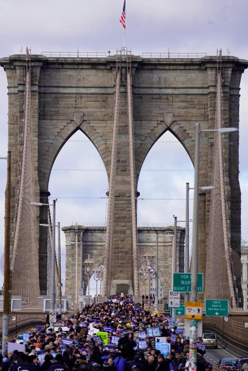 צועדים על גשר ברוקלין