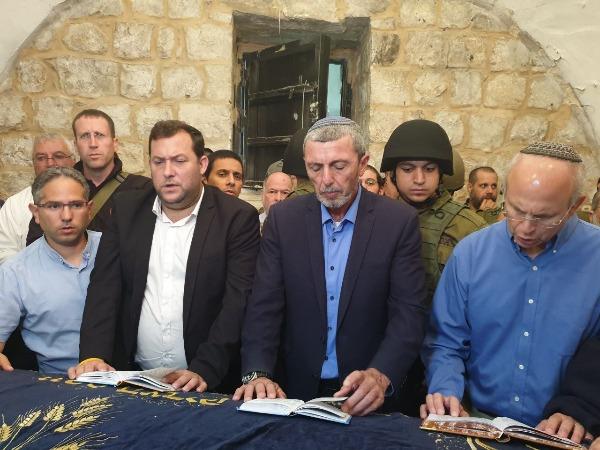 אלפים בקבר יוסף, יחד עם שר החינוך