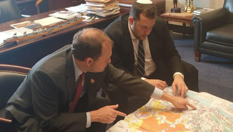 יוסי דגן בשיחה עם חבר קונגרס על מפות הריבונות