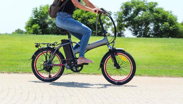 סעו בזהירות. אופניים חשמליים