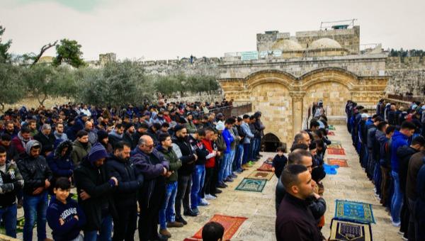 מוסלמים מתפללים במסגד המאולתר בשער הרחמים